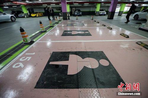 上海一商场设置女性专用车位 比普通车位宽半米
