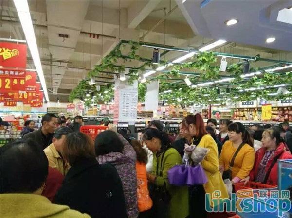 湖南永州万联购物广场发力购物节 结账处排起长龙