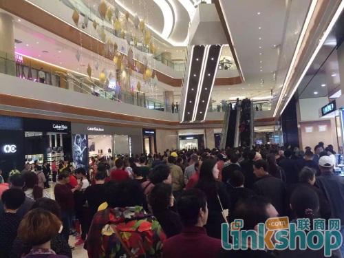 直击宜兴八佰伴2015中国购物节现场 大门被挤爆