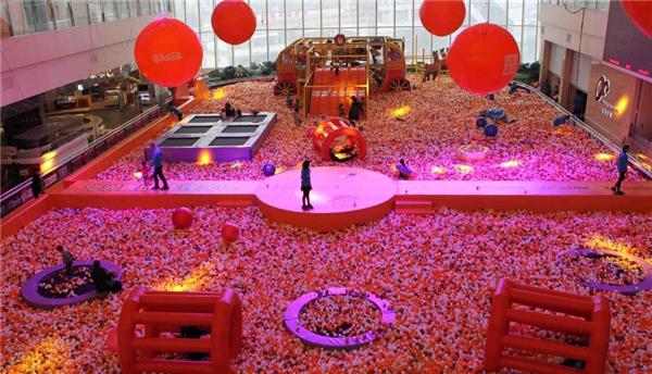 太震撼!重庆一商场设置巨型海洋球池