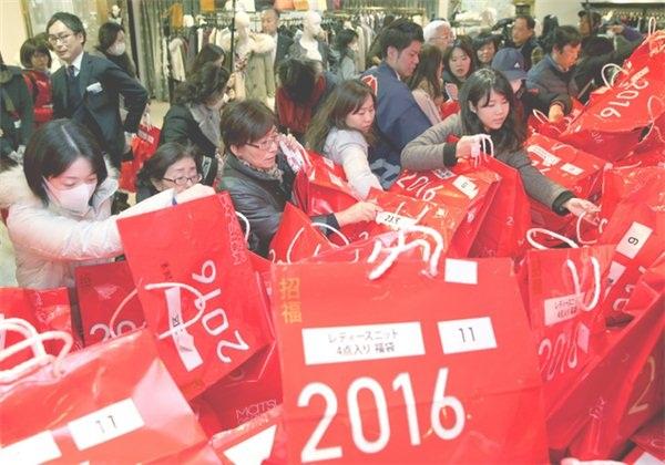 日本新年福袋最贵52万一只 中国游客哄抢