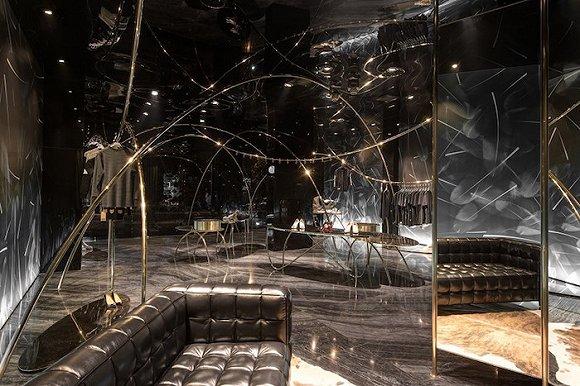 杭州这家金属感爆棚的潮牌店 有种漫步夜空感