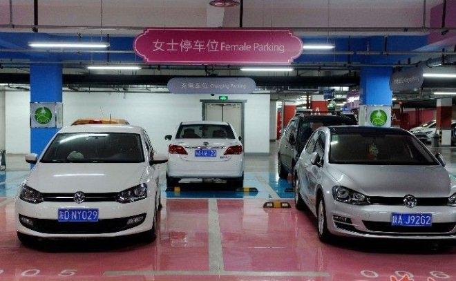 西安一商场针对女司机推出超宽车位 度达3.75