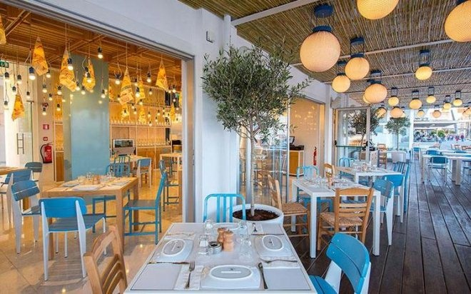 """地中海港口有家墙上""""挂""""着鱼的海鲜餐厅"""
