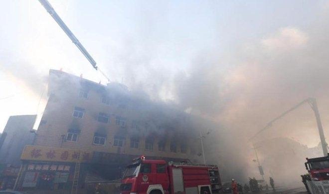 山西古交金港购物中心火灾浓烟蔽日7小时未灭