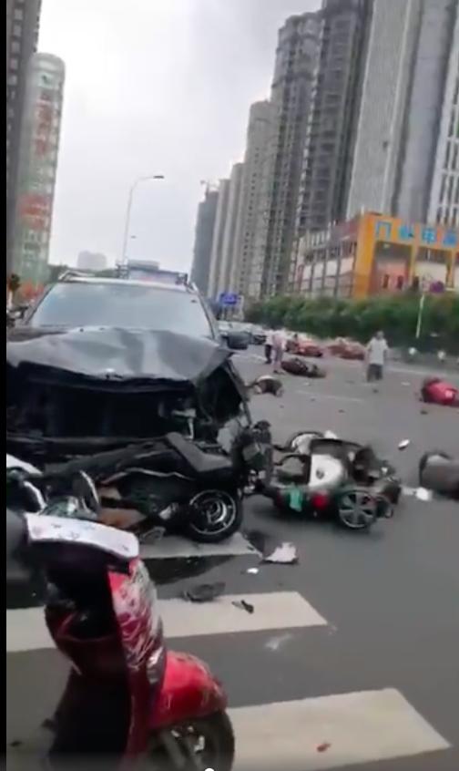 常州九洲数码城发生惨烈车祸奔驰失控致3死1