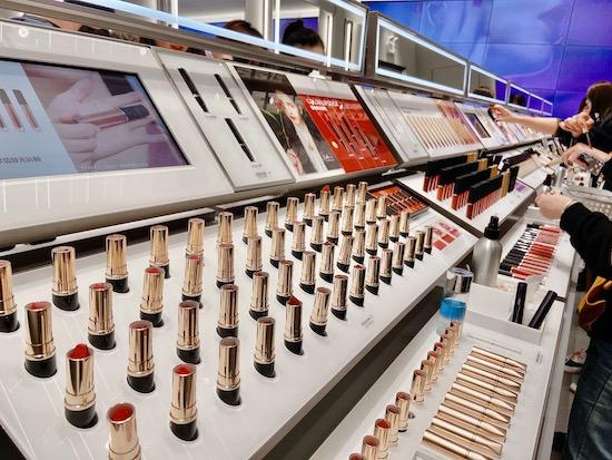 中国化妆品业10月表现全年最差 服装业全线衰退