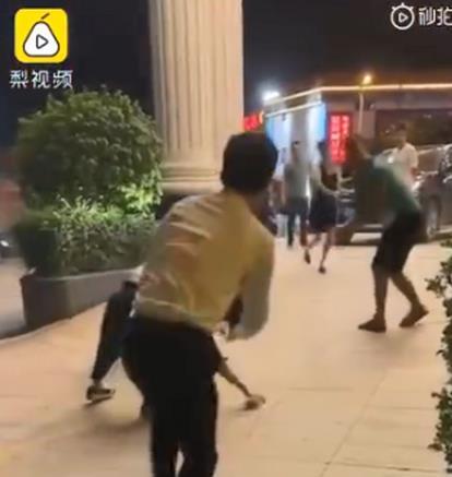 广西一酒店夜晚突降钞票雨有30万?