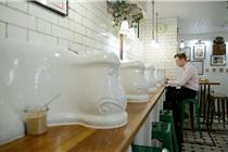 伦敦废弃公厕变身高档餐厅:顾客用便池就餐