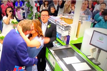 德国男子别出心裁办婚礼 在超市收银台迎娶新娘