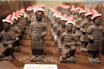 """西安商家推出巧克力""""兵马俑""""头戴圣诞帽过洋节"""