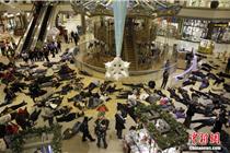 美国民众商场内上演躺尸抗议弗格森事件