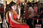 福州某商场现泰国人妖秀 黄金美女驻场博眼球