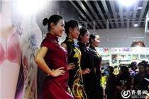 济南一商场上演旗袍内衣秀 模特靓丽吸引市民