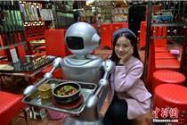 成都首家机器人餐厅开业 引美女围观