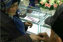新疆一拾荒老人为老伴买钻戒