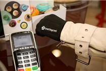 英国公司发明智能手套 挥手即可付账