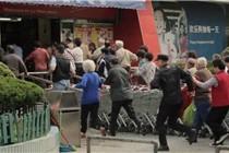 上海老人冲进超市激烈场面吓坏外国人
