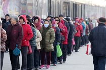 潍坊万达一商家派发免费鸡蛋券 市民寒风中排长队领取