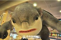 青岛一商场玩妖怪快闪 造型狰狞吓坏市民
