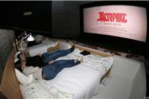 俄罗斯宜家变身床上电影院