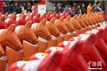 创意陈列:南京街头现200头木马