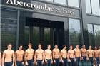 裸男站街迎宾 A&F中国内地首店在上海开业