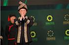 马云、沈国军等企业家穿少数民族服装广西走秀