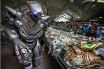 机器人亮相俄罗斯菜场引围观