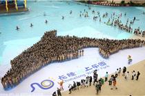 """广州数千比基尼美女摆出""""海豚""""造型"""