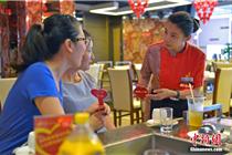 """探访海南首家""""无声""""餐厅 近一半聋哑人"""