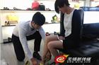 无锡百货公司重金聘请男模给女顾客试鞋
