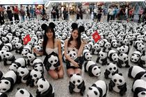 """1600只纸熊猫香港机场上演""""快闪"""""""