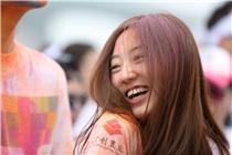 北京万人捂鼻进行彩色跑 有人当场求婚