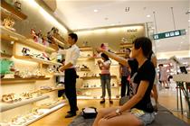 无锡远东百货聘请1.90米男模帮顾客试鞋