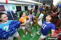 杭州地铁首开世界杯专列 足球宝贝辣舞助阵