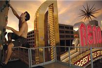 美酒店建50米高攀岩墙壁供顾客攀爬