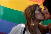 科技巨头声援同性恋大游行:苹果CEO库克现身