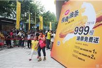 杭州一小吃店开张送999根油条 市民排队40分钟领取