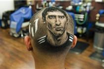 美国神级理发师头上画出球星脸谱
