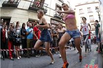 马德里男式带胸罩参加高跟鞋赛跑大赛