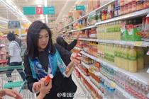 泰前总理英拉回国现身超市购物
