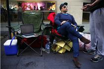 多国果粉驻扎苹果店外 等待新产品开售