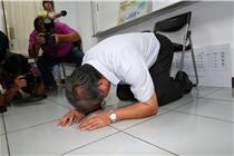 台湾地沟油老板当场下跪道歉 亲自喝油