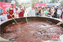 3米宽巨型火锅现身郑州街头