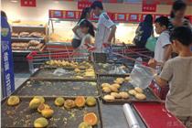 """台风""""海鸥""""降临 海南超市食品遭疯抢"""