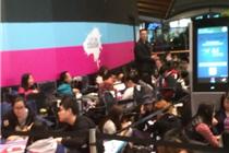 全球果粉排长队等待iphone6开卖 中国人打起了麻将