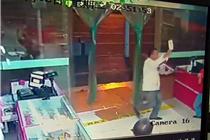 南京一男子酒后大闹超市 超市员工被砍断手指