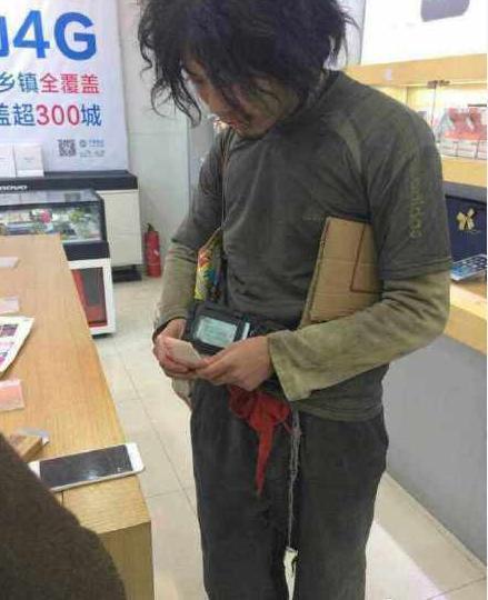 温州乞丐甩万元现金买2台iPhone6Plus