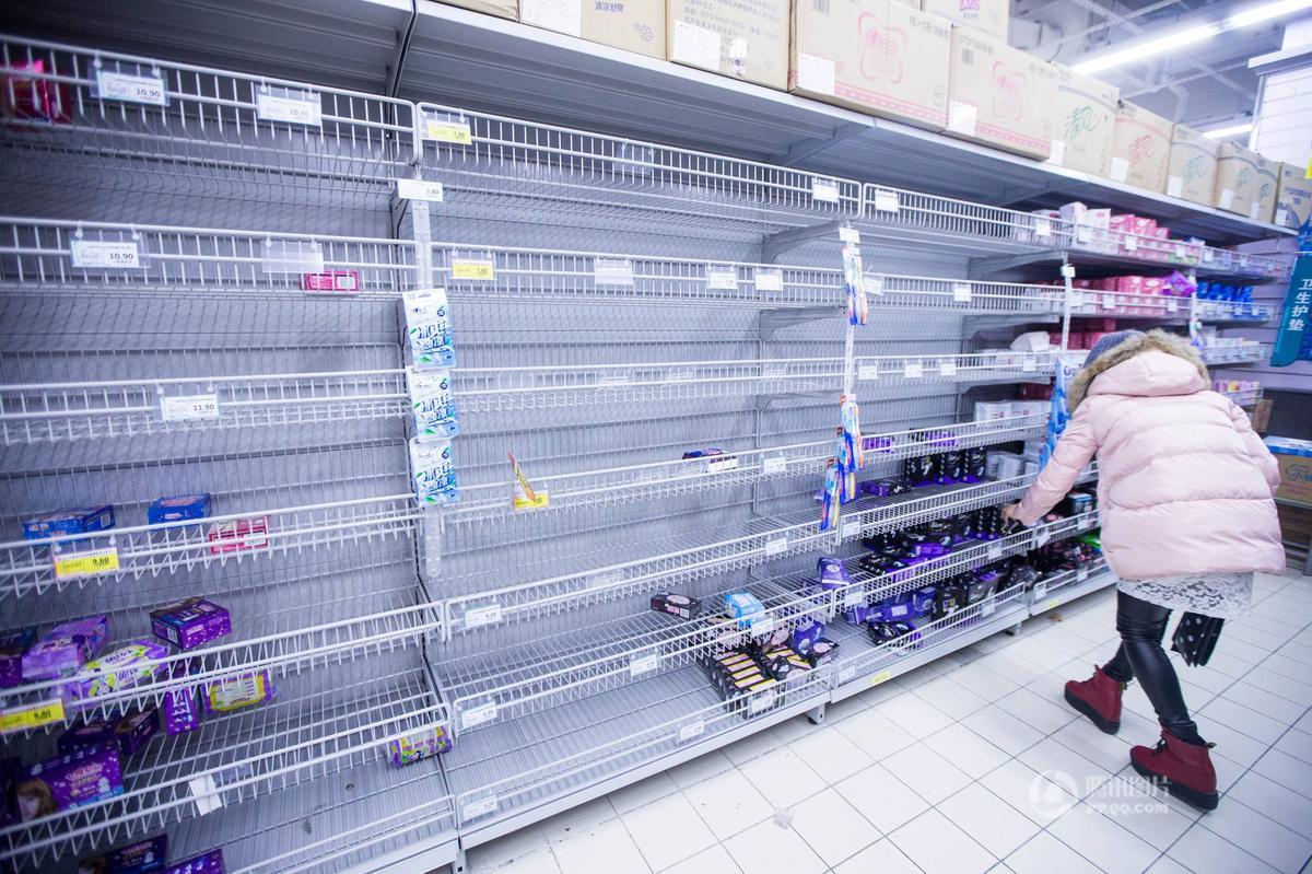 杭州一超市五折促销 市民排长队抢商品